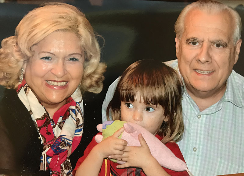 Maricamen Landa y José Luis Gracia con su nieta